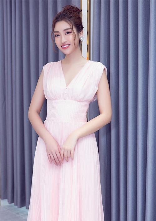 Đỗ Mỹ Linh duyên dáng, thanh lịch với thiết kế gam hồng pastel, kiểu dáng đơn giản.