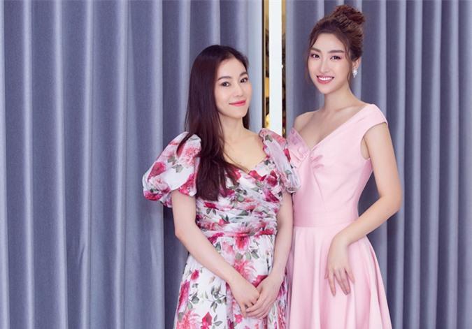 Cô đi cùng bà trùm hoa hậu Phạm Thị Kim Dung.