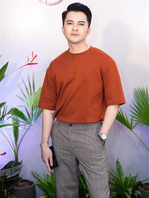 Ca sĩ Nam Cường tới chúc mừng bạn thân mở showroom thời trang tại TP HCM.