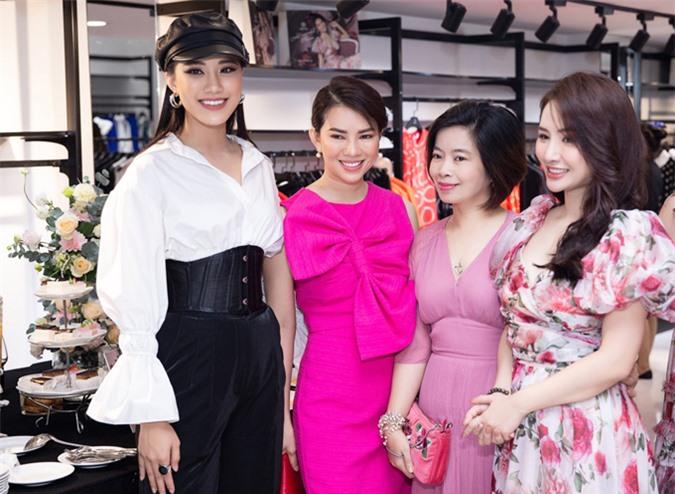 Á hậu Kim Duyên (đội mũ) hội ngộ Hoa hậu Ngọc Anh Anh (váy hoa) và một số doanh nhân.