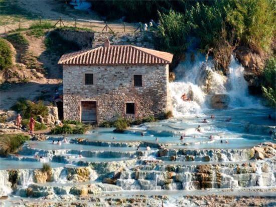 Suối nước nóng bậc thang độc nhất vô nhị ở Italia