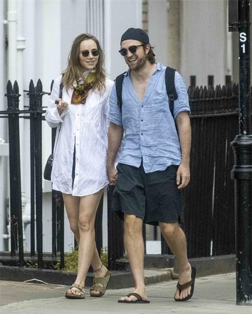 Robert Pattinson và Suki Waterhouse thoải mái ra phố uống cafe vào cuối tuần qua khi dịch bệnh đã thuyên giảm ở Anh.