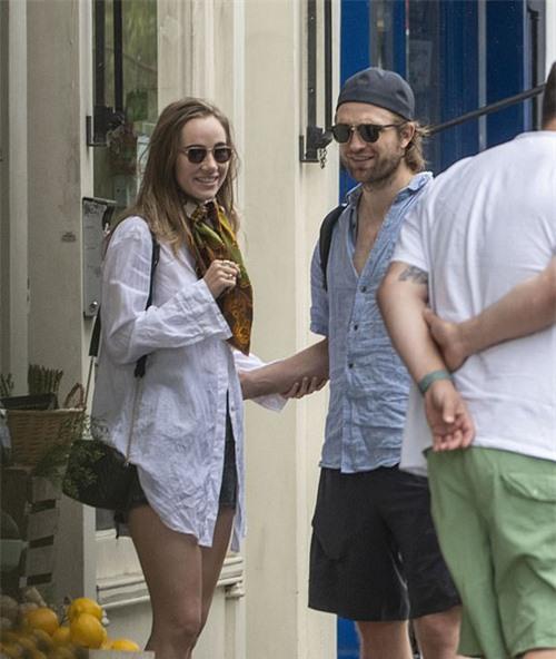 Suki mặc áo sơ mi oversize được cho là của Robert Pattinson. Cặp đôi không ngại thể hiện những cử chỉ âu yếm trên phố.