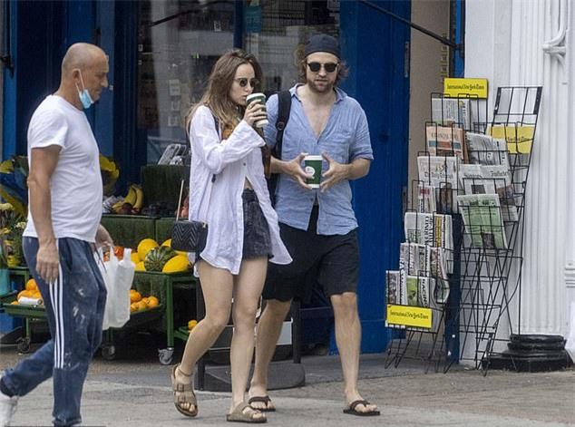 Vì Covid 19, lịch trình quay phim Batman tạm dừng lại nên Robert Pattinson dành trọn thời gian ở London với bạn gái trong những tháng qua.