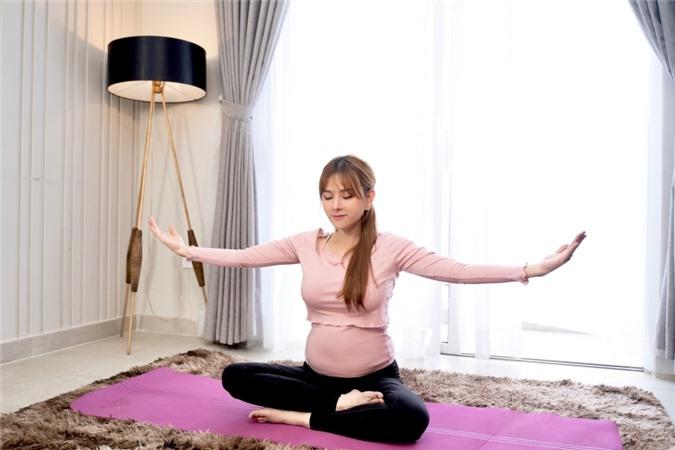 Hãy truyền cảm nhận của mẹ đến con, sự tương tác với thai nhi, tự chơi với con nhỏ để cho em bé cảm nhận được niềm vui, cảm xúc của người mẹ, nữ ca sĩ cho hay.