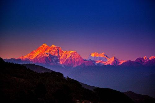 Lực đẩy từ những mảng kiến tạo bên dưới lòng đất là tác nhân chính khiến các dãy núi cao lên. Ảnh: Medium.