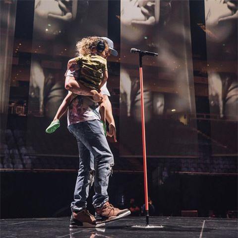 Justin Timberlake cảm ơn vợ vì đã biến mình thành một ông bố - Ảnh 2.