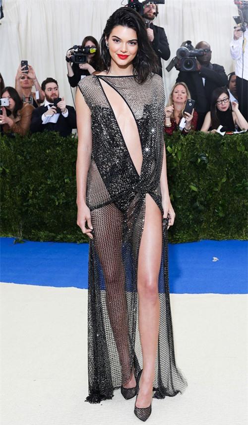 Em gái cùng mẹ khác cha của Kim Kardashian được săn đón trên khắp các thảm đỏ và tuần lễ thời trang.
