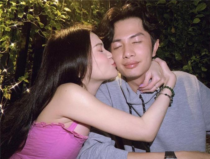 """Cặp đôi """"đốn tim"""" fan với khoảnh khắc trao nhau nụ hôn ngọt ngào."""