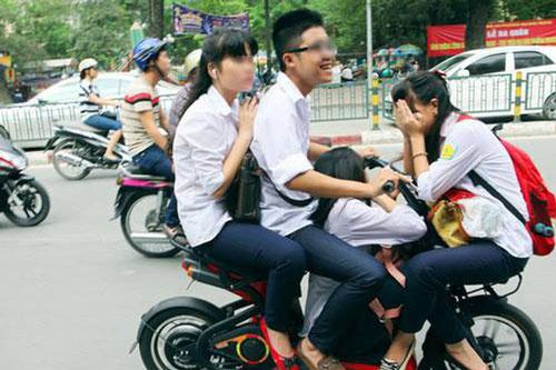 """Nhiều em học sinh đi xe đạp điện như """"làm xiếc"""" trên đường phố."""