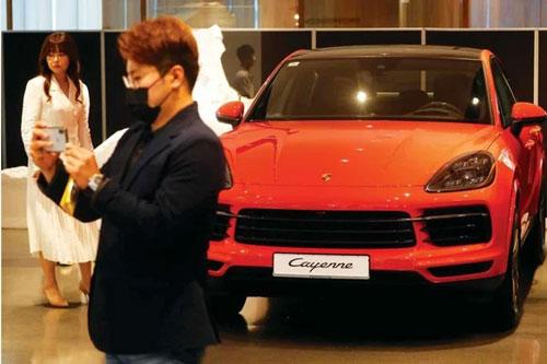 Giới nhà giàu Hàn Quốc đổ xô đi mua xe sang. Ảnh: Reuters.