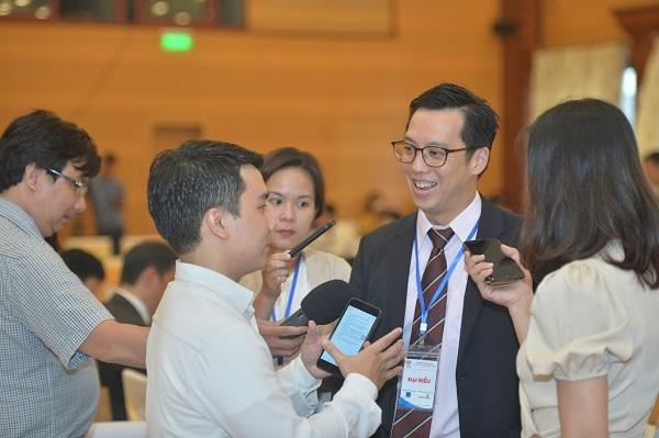 ông Tan Weining, Phó Đại sứ Singapore tại Việt Nam) đánh giá cao việc tổ chức Diễn đàn về Kinh tế ASEAN