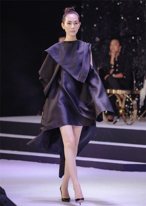 Chương trình có các màn trình diễn thời trang do dàn mẫu trang điểm theo phong cách tự nhiên thể hiện.
