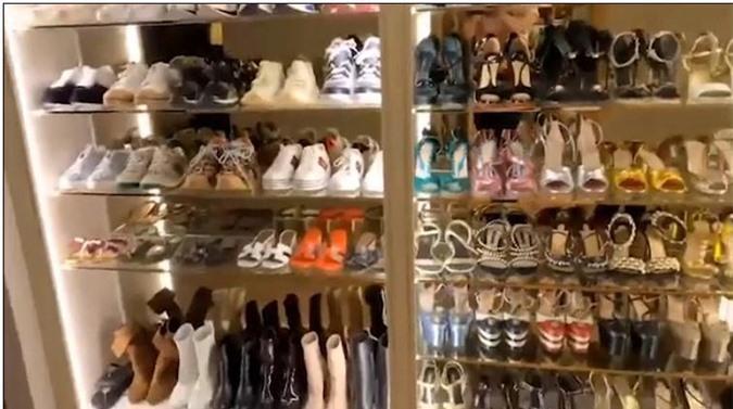 Tủ giày với nhưng đôi giày đắt đỏ