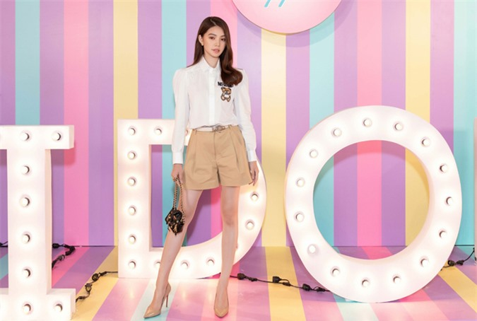 Jolie Nguyễn diện áo 22 triệu, quần short 12 triệu và túi xách phiên bản giới hạn giá 8 triệu đồng của một thương hiệu Việt Nam đi sự kiện điện ảnh. Hoa hậu người Việt tại Australia 2015 cho biết cô chuộng phong cách đơn giản, hiện đại.