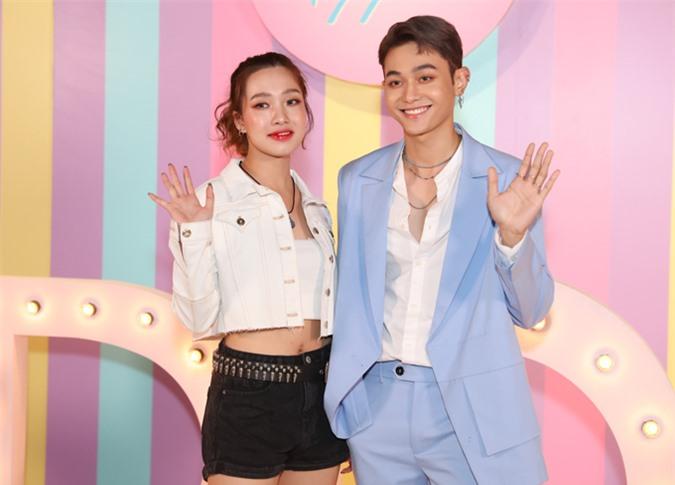 Ca sĩ Quin Z (trái) và Roy Nguyễn của nhóm nhạc đa quốc tịchZ-Boys và Z-Girls cũng tham gia phim này.
