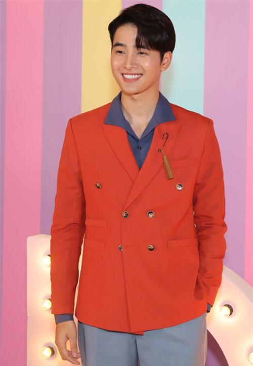 Ca sĩ, diễn viên Nhâm Phương Nam mặc vest đỏ nổi bật. Anh đóng vai một thần đồng âm nhạc trong Idol tỷ phú.