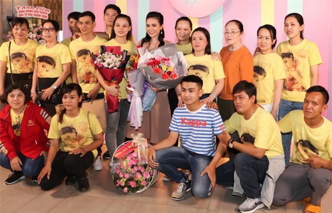 Thiên thần bolero Quỳnh Trang (váy nâu) - con nuôi ca sĩ Phi Nhung - đóng một nhân vật phản diện. Cô được nhiều fan ủng hộ tham gia lĩnh vực điện ảnh.