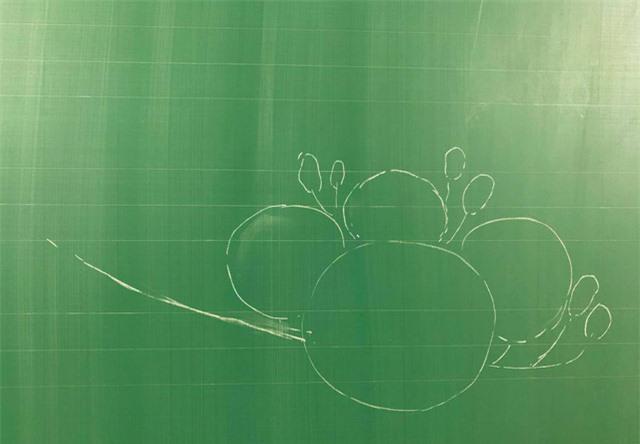 Thầy giáo 9X vẽ hoa phượng trên bảng phấn gây sốt cộng đồng mạng - Ảnh 2.