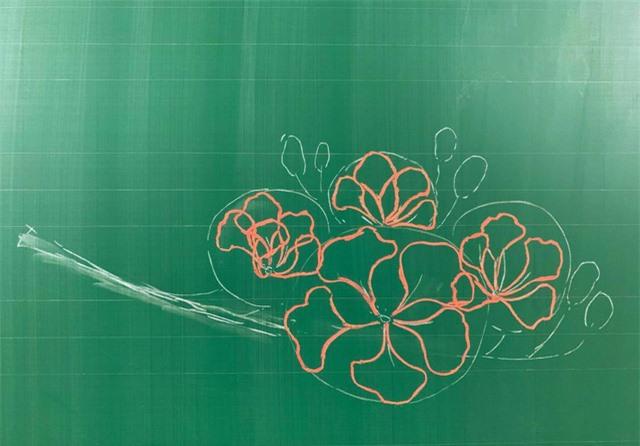 Thầy giáo 9X vẽ hoa phượng trên bảng phấn gây sốt cộng đồng mạng - Ảnh 3.