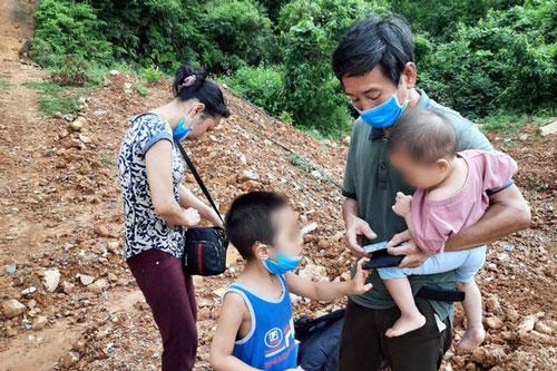 Gia đình nhập cảnh trái phép vào Việt Nam. Ảnh: TTXVN
