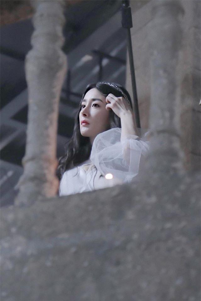 Dương Mịch đẹp như tiên nữ, váy trắng đứng trên lầu cao khiến fan gào rú: Lại nhảy Tru Tiên Đài à?  - Ảnh 3.