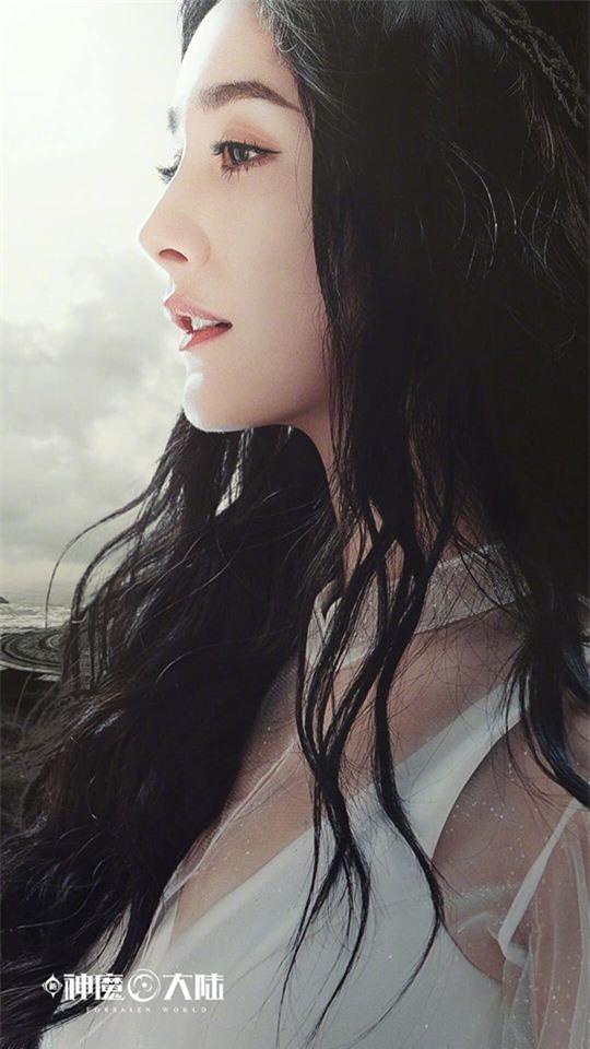 Dương Mịch đẹp như tiên nữ, váy trắng đứng trên lầu cao khiến fan gào rú: Lại nhảy Tru Tiên Đài à?  - Ảnh 5.