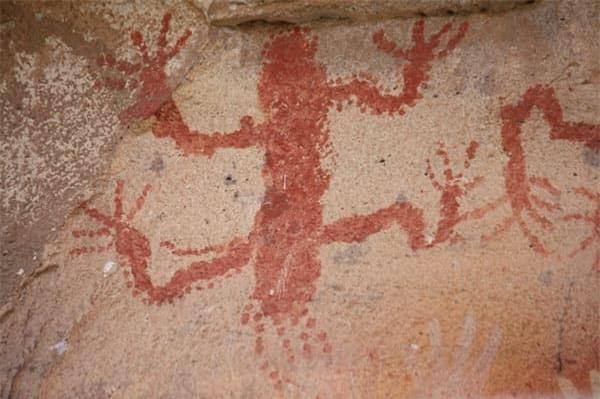 Rùng rợn hang động bàn tay hàng ngàn năm tuổi ở Argentina - Ảnh 3.