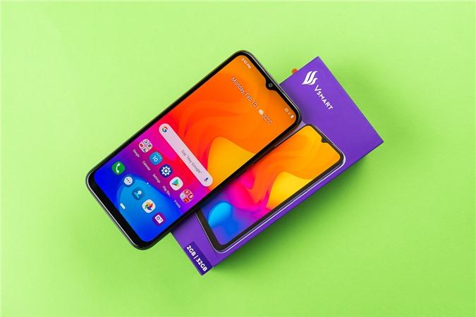 Vsmart Joy 3: Đây chính là phiên bản nâng cấp của chiếc Vsmart Joy 2 Plus được nâng cấp về cấu hình, pin và camera. Mặc dù là thiết bị giá rẻ nhưng Joy 3 vẫn tạo được ấn tượng mạnh với người dùng nhờ thiết kế bắt mắt với hiệu ứng chuyển màu khi nghiêng các góc độ ánh sáng khác nhau.