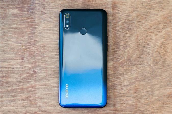 Giống như Xiaomi Redmi 8 ở trên, màn hình Realme 3 sử dụng tấm nền IPS, kích thước 6,22 inch độ phân giải HD+ và cũng sử dụng thiết kế giọt nước.