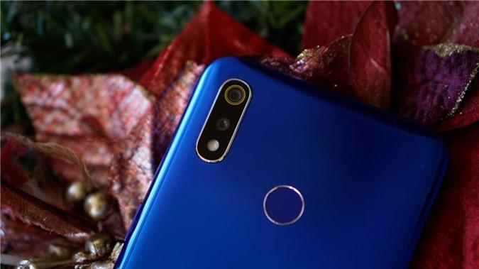 Máy sở hữu cụm camera kép, trong đó camera chính 13MP, khẩu độ f/1.8, camera chụp chân dung xóa phông 2MP. Camera chụp ảnh selfie ở mặt trước độ phân giải thuộc diện cao nhất trong danh sách với 13MP, khẩu độ f/2.0