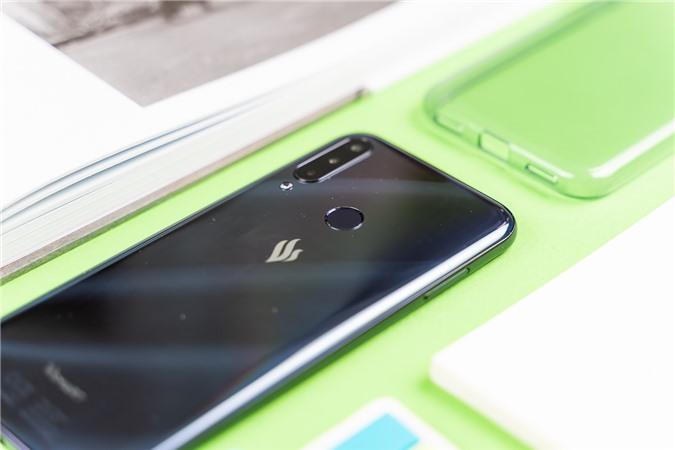 Vsmart Joy 3 sở hữu màn hình IPS LCD lớn với kích thước 6,5 inch cùng độ phân giải HD+. Đây là những thông số tiêu chuẩn về màn hình trên smartphone tầm trung hiện nay. Máy có thiết kế màn hình giọt nước, nơi chứa camera selfie 8MP.