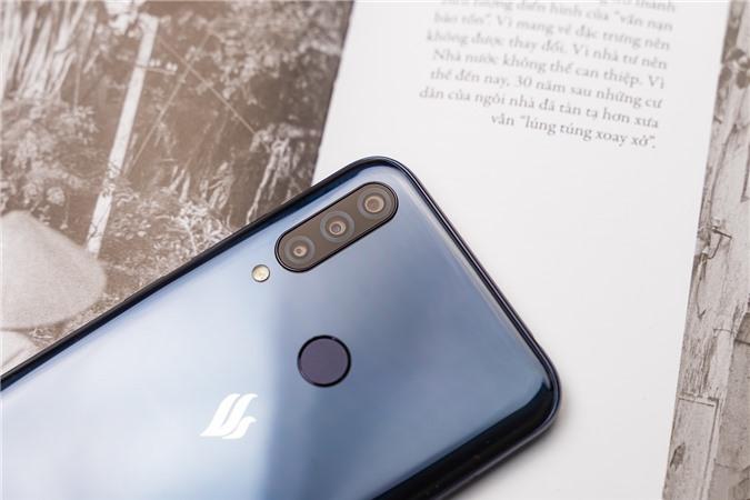 Vsmart Joy 3 là một trong những smartphone hiếm trong phân khúc giá được trang bị hệ thống 3 camera (phổ biến chỉ là 2 camera) sau bao gồm một camera chính 13MP, khẩu độ f/2.0, camera góc siêu rộng 8MP và cuối cùng là camera phụ 2MP để đo độ sâu trường ảnh phục vụ nhu cầu chụp ảnh xóa phông.