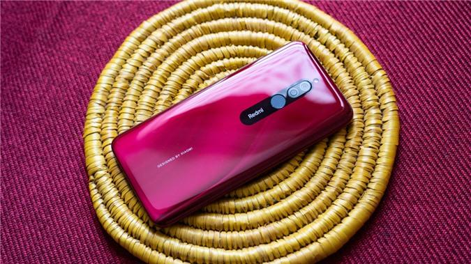 Xiaomi Redmi 8 được trang bị màn hình 6,22 inch sử dụng tấm nền IPS LCD với độ phân giải HD+ và có thiết kế giọt nước, giống hệt đối thủ Joy 3 ở trên. Tuy nhiên viền màn hình dày hơn, cả ở mép dưới và mép trên. Vị trí giọt nước được bố trí dải loa thoại và camera selfie 8MP, khẩu f/2.0.