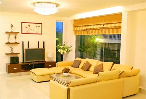 Phòng khách ấm cúng với gam màu vàng nhạt