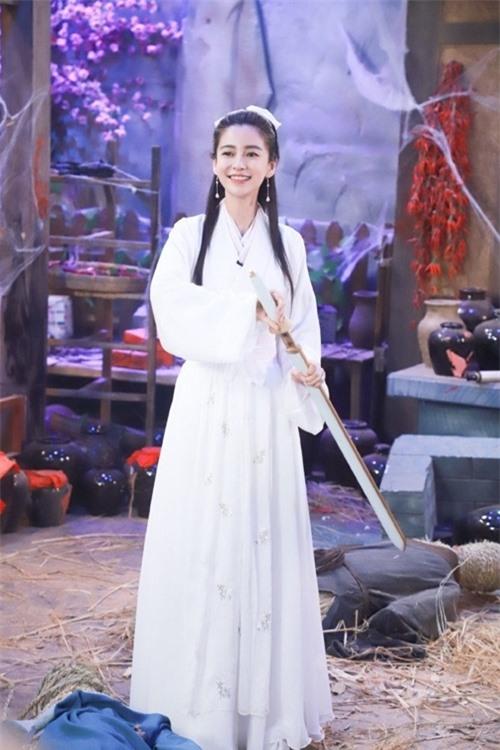 Trong một show truyền hình gần đây, Angelababy hóa thân vào vai diễn Tiểu Long Nữ ở một số hoạt cảnh.