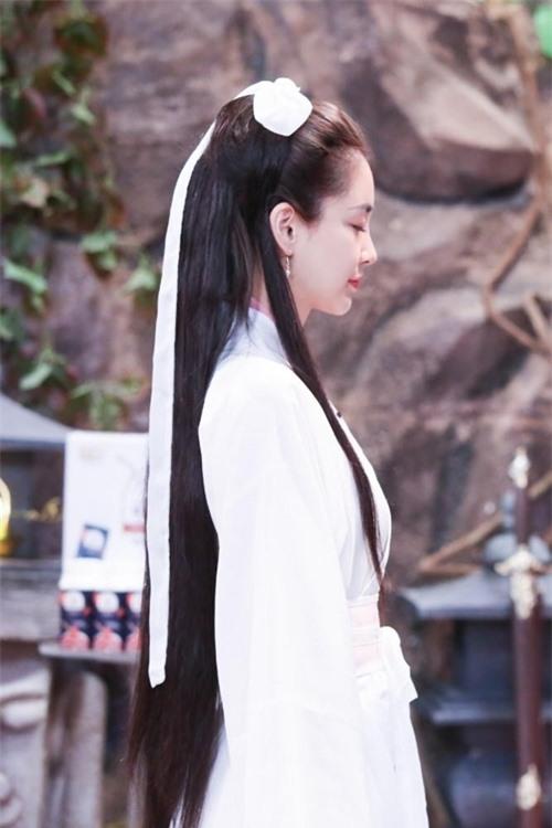 Mái tóc dài chải gọn với dải lụa trắng của cô gợi nhớ tới tạo hình Tiểu Long Nữ của Lý Nhược Đồng trong phimThần điêu đại hiệpbản năm 1995 và của Lưu Diệc Phi trong bản phim năm 2006.