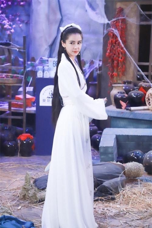 Bà mẹ một con được khen ngợi vóc dáng và khí chất đẹp khi hóa thân thành Cô Cô trong tiểu thuyết võ hiệp Kim Dung.