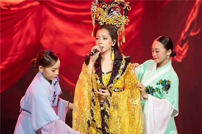Chi Pu cũng cố gắng hát live cả ca khúc. Giọng hát của cô được nhận xét tiến bộ hơn so với thời điểm bắt đầu theo đuổi nghề ca sĩ vào cuối năm 2017.
