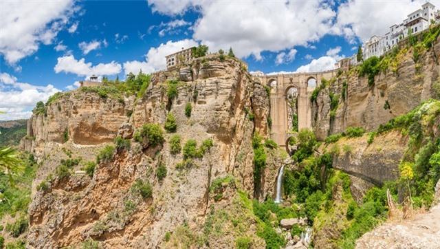 Cây cầu nằm trên một vực thẳm sâu hơn 100m ở miền nam Tây Ban Nha. Cầu được xây dựng từ thế kỷ 18 nối liền hai bờ của thành phố Ronda. Một trong những điểm đặc biệt của cây cầu là có một căn phòng nằm trong vòm trung tâm. Từng có thời điểm, nó là một nhà tù trong cuộc nội chiến năm 1936 và cả hai bên đã sử dụng hẻm núi làm phòng tra tấn.