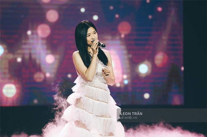 Sau sự cố hát phô, Chi Pu xuất hiện ấn tượng trên sân khấu với hình ảnh Kiều Nguyệt Nga và giọng hát đã có phần