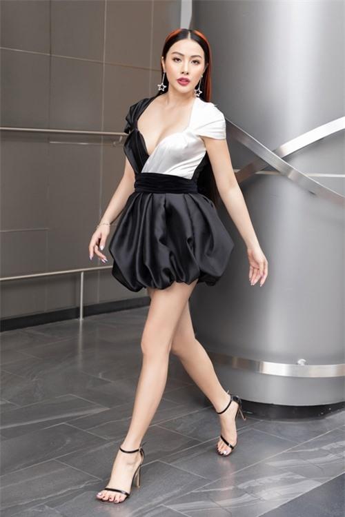 Trương Nhi khoe đôi chân dài trong thiết kế lạ mắt.