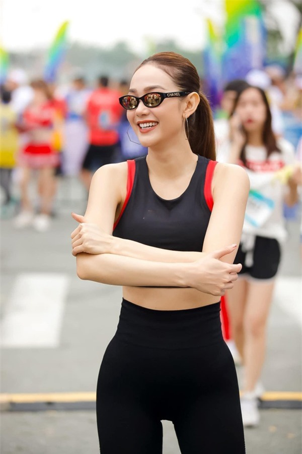 minh-hang-khoe-kheo-vong-eo-ma-fans-chi-muon-ngat-xiu-7ac8b7861f9ce2c2bb8d-1592146836-877-width600height900