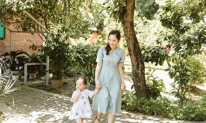 Thời tiết Hà Nội những ngày này rất oi nóng và khó chịu, bé Lina vẫn vui vẻ cùng mẹ tham gia hoạt động và không ngại đi bộ nhiều.