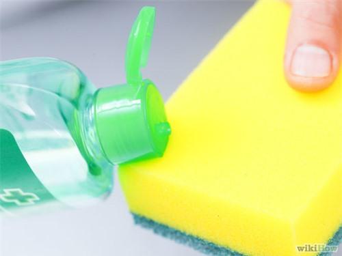 Mẹo hay loại bỏ vết kẹo cao su dính trên quần áo - 9