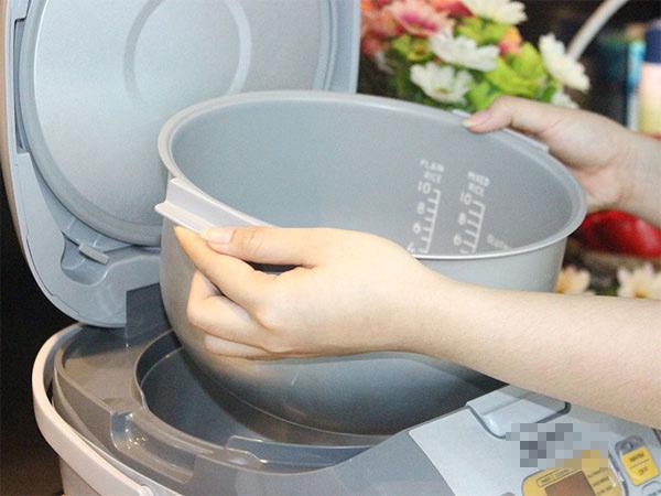 Rửa sạch nồi và nắp nồi trước khi nấu cơm cũng tốt trong việc giúp cơm lâu thiu hơn (Ảnh: Internet)