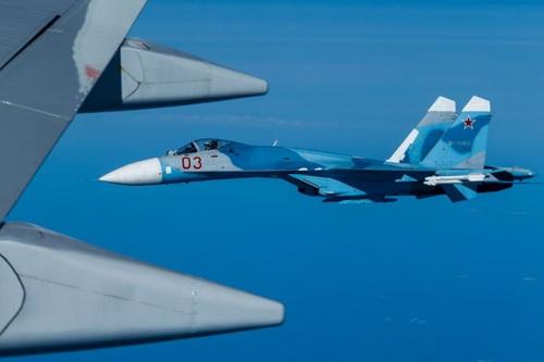 Tiêm kích Su-27 Nga chặn máy bay trinh sát Mỹ trên bầu trời Biển Đen. Ảnh: TASS.