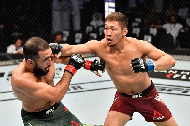 Takashi Sato ra đòn hạ knock-out Jason Witt.