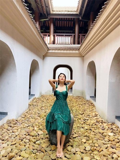 Nữ diễn viên dành hai ngày cuối tuần để thư giãn trong khu nghỉ dưỡng có thiết kế lấy cảm hứng từ những di tích cổ trên núi Yên Tử. Cô đi một mình để tận hưởng khoảng không giản riêng và lấy lại cân bằng sau thời gian củng cố công việc hậu mùa dịch.