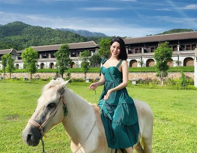 Yan My cảm nhận sự thư thái, an lành khi đắm mình vào chốn bồng lai tiên cảnh của núi rừng Yên Tử. Cô trải nghiệm cưỡi ngựa trên đồng cỏ, bước chân trần dưới nền sỏi...